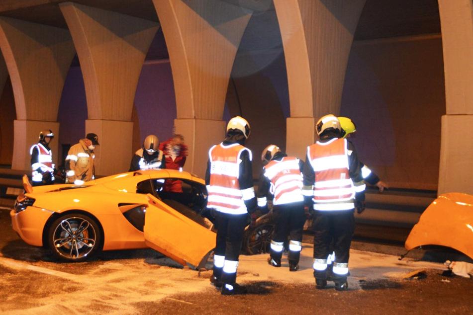 Die Feuerwehrleute hatten alle Hände voll zu tun am Unfallort.
