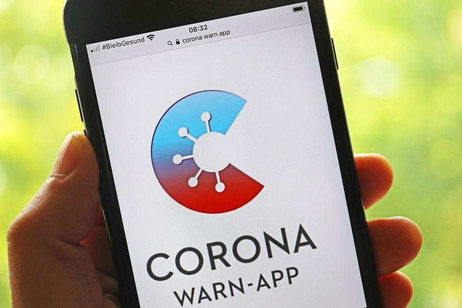 Die Corona-App soll dabei helfen, Covid-Infektionen zu entdecken - wenn denn genug Leute sie auf ihren Smartphones installieren.