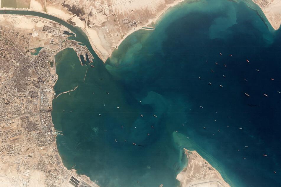 Dieses Satellitenbild von Planet Labs Inc. zeigt die wegen der Blockade vorm Suezkanal wartenden Schiffe.
