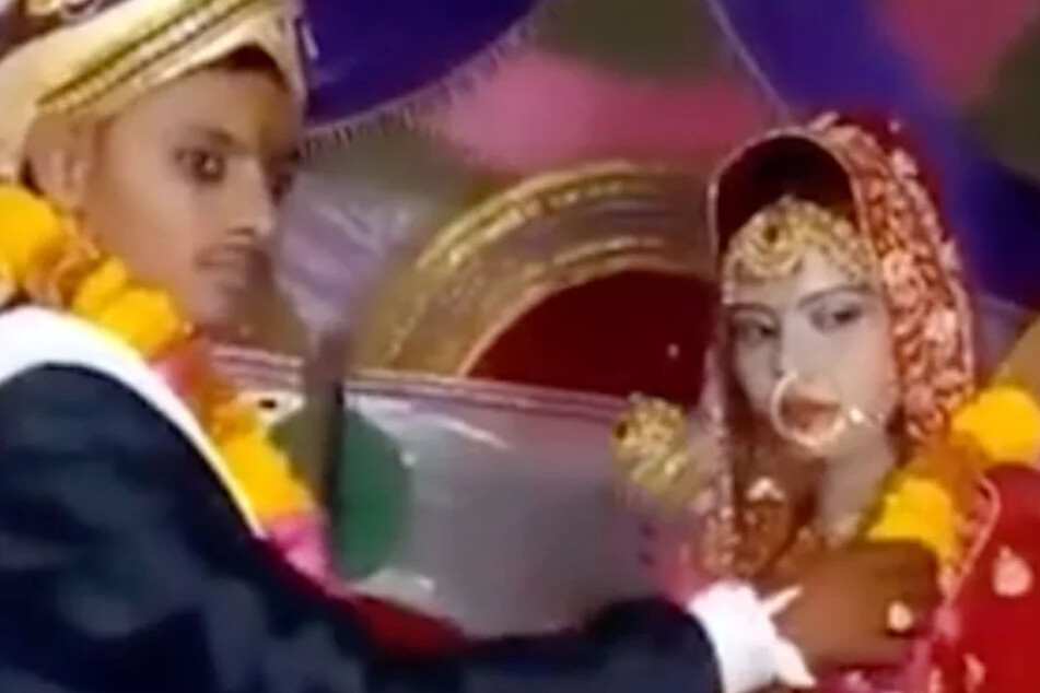Dieses Foto soll den Bräutigam mit der Schwester seiner verstorbenen Braut zeigen.