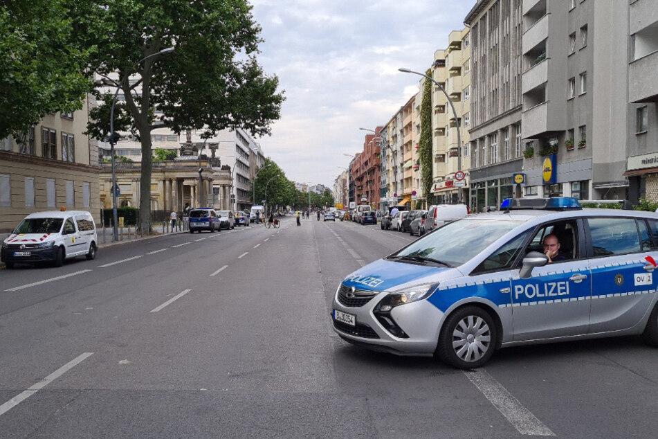 Polizisten sichern die Unfallstelle ab.