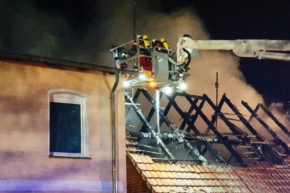 Die Einsatzkräfte der Feuerwehr im Einsatz vor Ort.