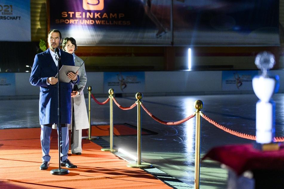 Richard Steinkamp und BDE-Präsidentin Frieda Ludwig eröffnen die Deutsche Meisterschaft im Zentrum. Wer wird auf dem Eis stehen?