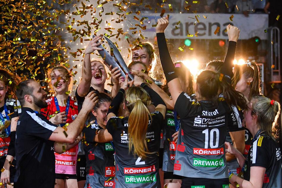 Am 16. Februar feierten die DSC-Girls in Mannheim ihren Pokaltriumph über Stuttgart. Jetzt können die Trikots ersteigert werden.