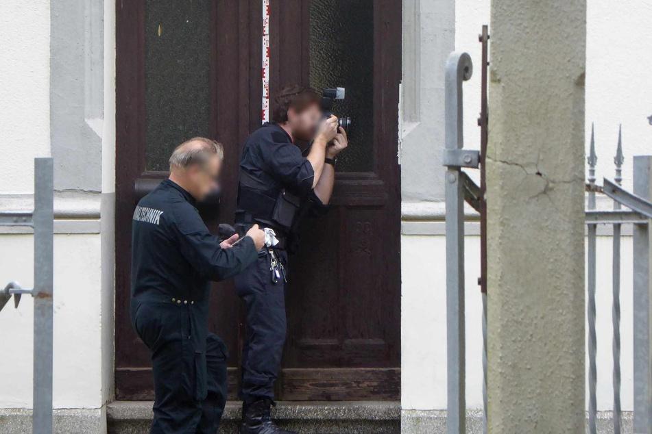 Spurensicherung und Kriminaltechnik überprüften das Wohnhaus und die Wohnung der Getöteten.