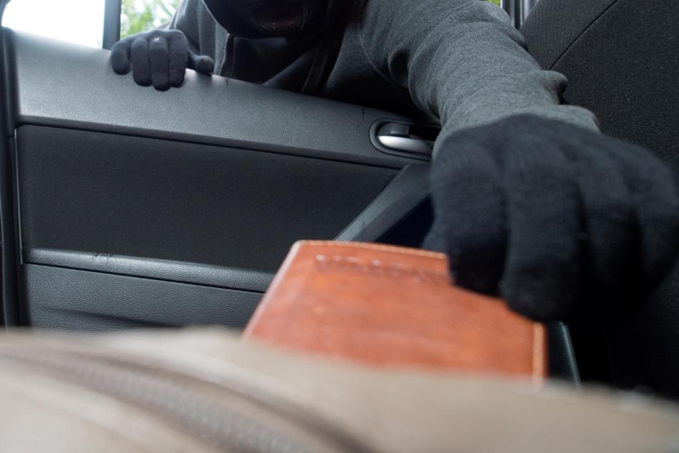 Unachtsamkeit ausgenutzt: Diebe plündern mehrere Fahrzeuge