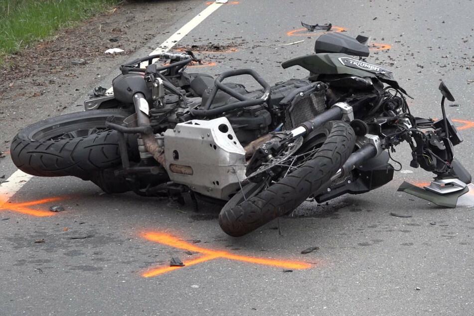 Audi-Fahrer übersieht beim Abbiegen Biker, der kracht in Tür und verletzt sich schwer