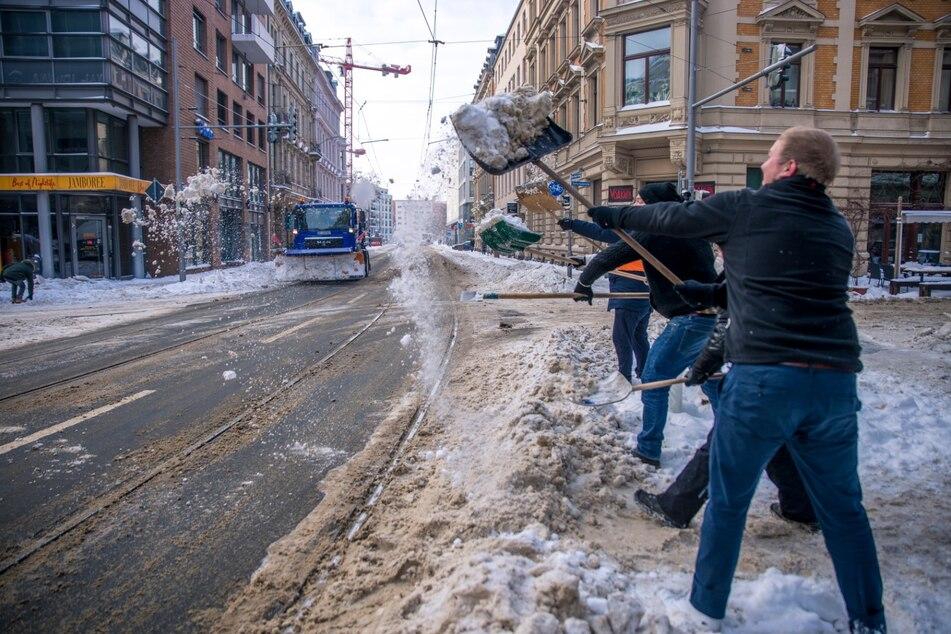 """Ein Team der """"Vodkaria"""" und des """"Barcelona"""" befreite die Kreuzung Käthe-Kollwitz- und Gottschedstraße sowie die dortigen Haltestellen von Schnee. Mehr als 20 Kneipen, Restaurants und Hotels der Messestadt beteiligten sich an der Aktion."""