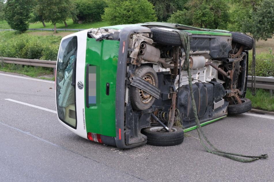 Kleinbus landet auf der Seite: Fahrer schwer verletzt