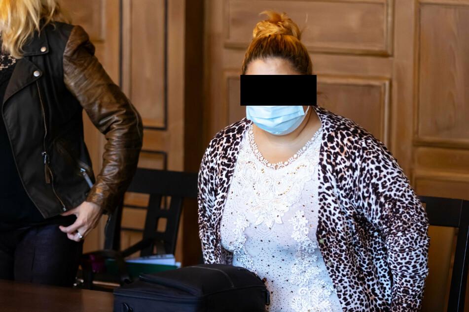 Mehr als ein Jahr danach steht die 23-jährige Mutter vor dem Landesgericht Zwickau, weil sie ihr Kind aus dem Fenster hielt und dann fallen ließ.