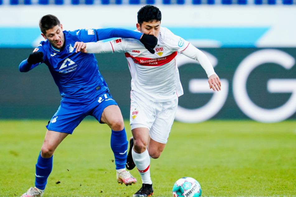 Hoffenheims Andrej Kramaric (29, l.) und Stuttgarts Wataru Endo (27) kämpfen um den Ball.