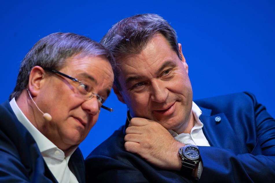 NRW-Ministerpräsident Armin Laschet (59, CDU, l) und Bayerns Ministerpräsident Markus Söder (53, CSU) sitzen beim offiziellen Start der Unions-Parteien zum Europawahlkampf im April 2019 auf der Bühne.