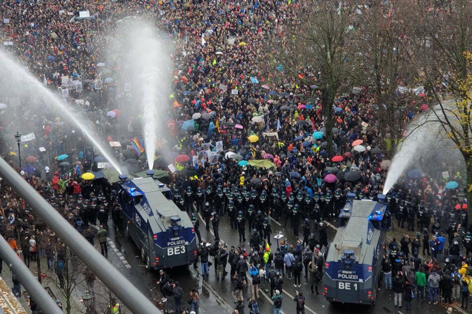Die Polizei setzt bei einer Demonstration gegen die Corona-Einschränkungen der Bundesregierung am Brandenburger Tor unweit des Reichstagsgebäudes Wasserwerfer ein.