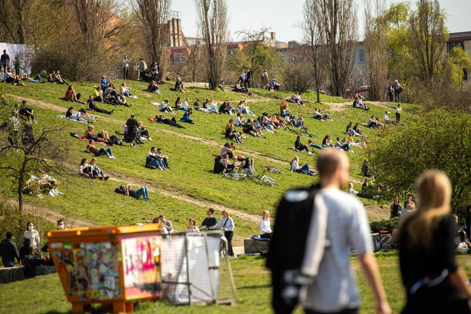 Viele verbrachten den Tag etwa im Mauerpark oder im Volkspark Friedrichshain.