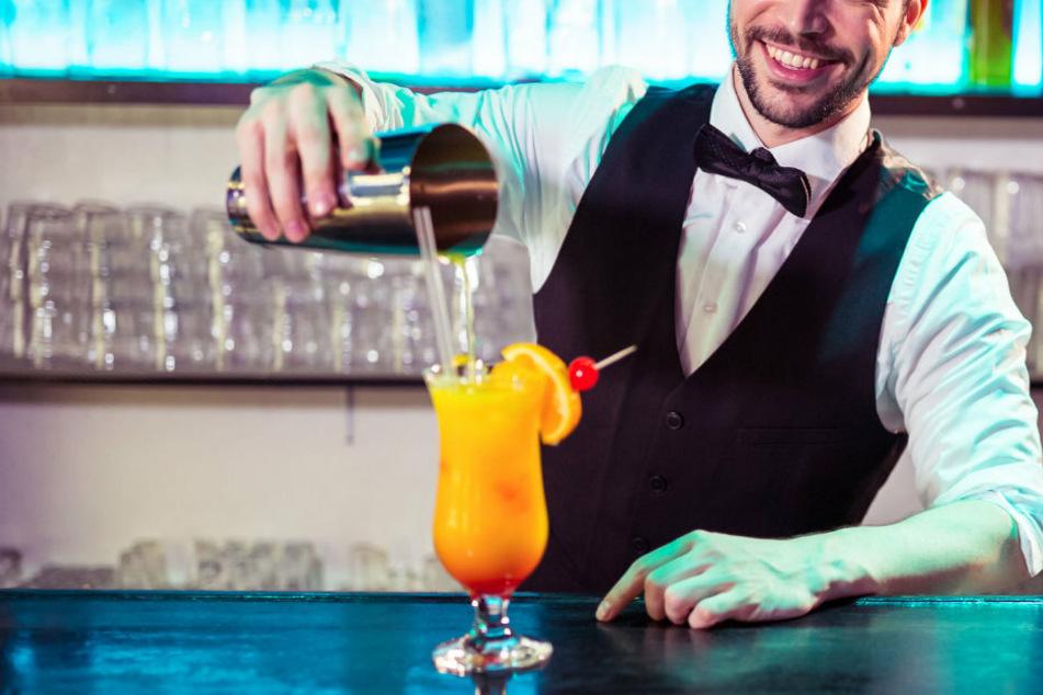 Cocktail oder Wein? Nein! Nur wenn man volljährig ist, darf man alkoholische Getränke genießen.