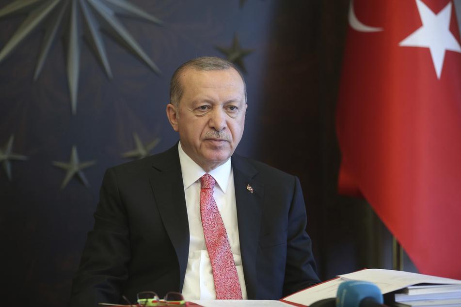 Recep Tayyip Erdogan, Präsident der Türkei, hört während einer Telefonkonferenz mit seinem Kabinett zu.