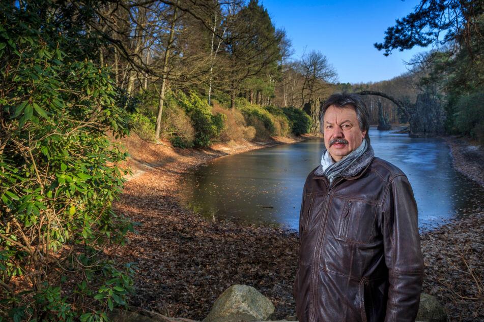 Dietmar Noack (66, CDU), Bürgermeister von Gablenz, ist enttäuscht, dass der Baufortschritt an der Rakotzbrücke nun nicht mehr lückenlos dokumentiert werden kann.