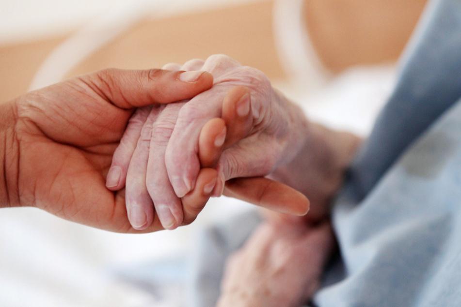 Frankfurt: Pflegerin plünderte Konto von 95-Jähriger: Mildes Urteil