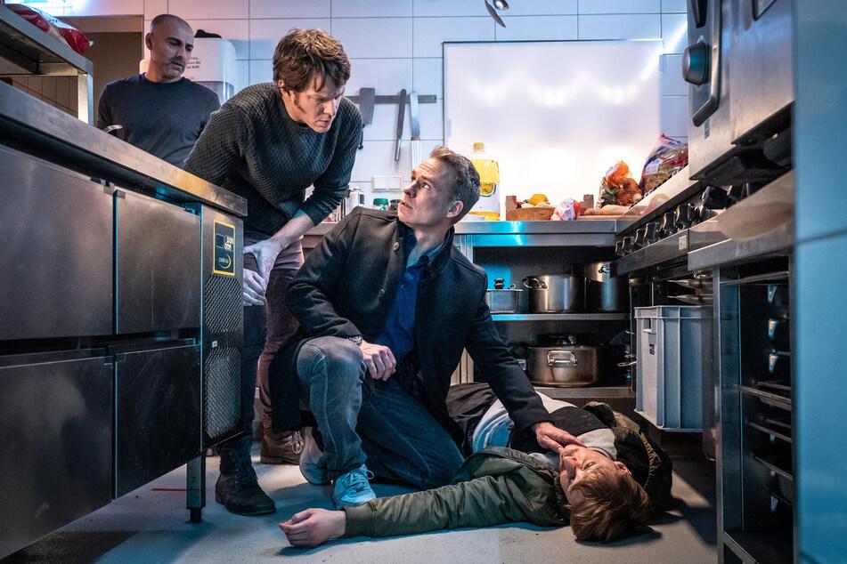 Jan Maybach (2.v.r.) und Tom Kowalski (2.v.l.) sind zunächst wegen eines Gaslecks und einer Großfahndung nach einem Überfall in einer Pizzeria gefangen, wo die Leiche von Yannis Porolski gefunden wird.