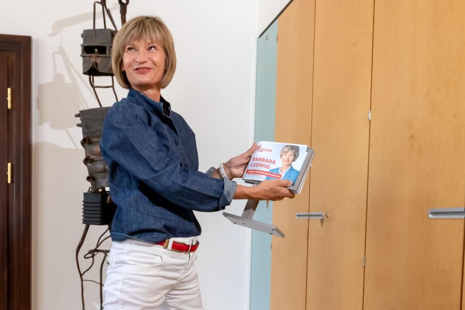 Zwei Kisten hat Barbara Ludwig (58) mit Erinnerungsstücken gefüllt, darunter auch ein Wahlkampfplakat in Minaturform.