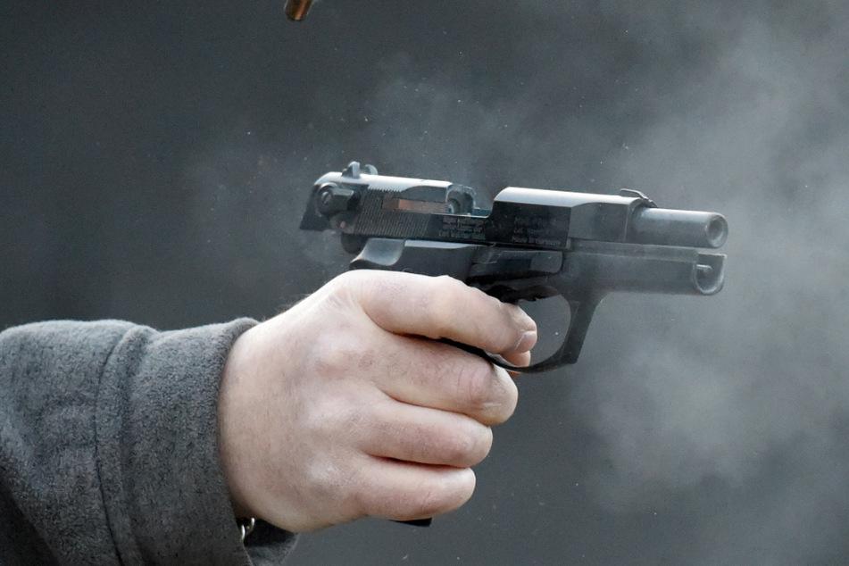 Mann gibt sich als Polizist aus und schießt mit Reizgas um sich