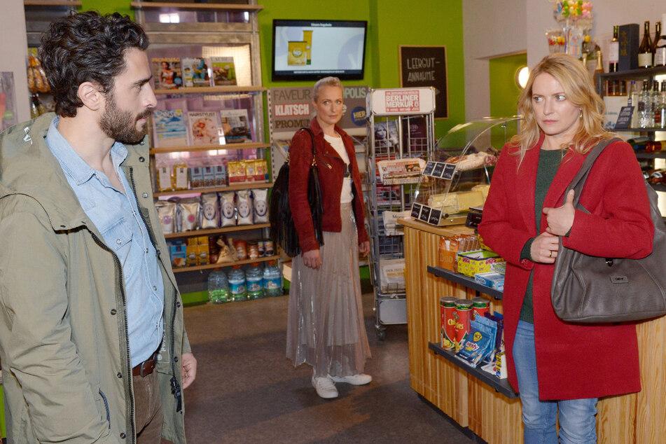 Tobias (l.) stellt Melanie (r.) vor den Augen von Maren (M.) im Spätkauf zur Rede.