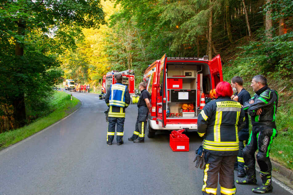 Feuerwehr und Notarzt stehen am Unfallort. Die Einsatzkräfte konnten das Leben des Biker nicht mehr retten.
