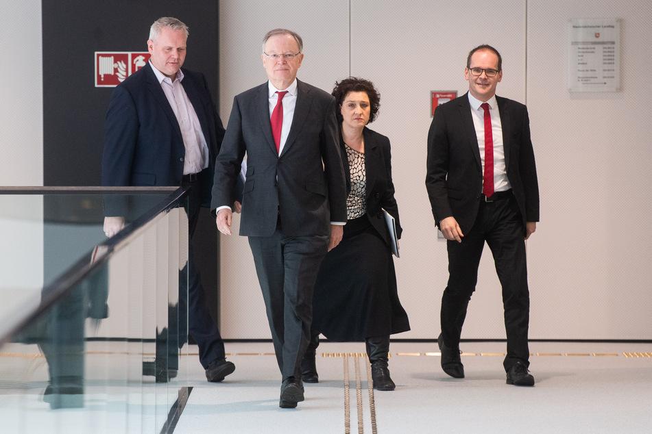 v.l.n.r.: Björn Thümler (CDU), Wissenschaftsminister Niedersachsen; Stephan Weil (SPD), Ministerpräsident Niedersachsen; Carola Reimann (SPD), Gesundheitsminister Niedersachsen, und Grant Hendrik Tonne (SPD), Kultusminister Niedersachsen.