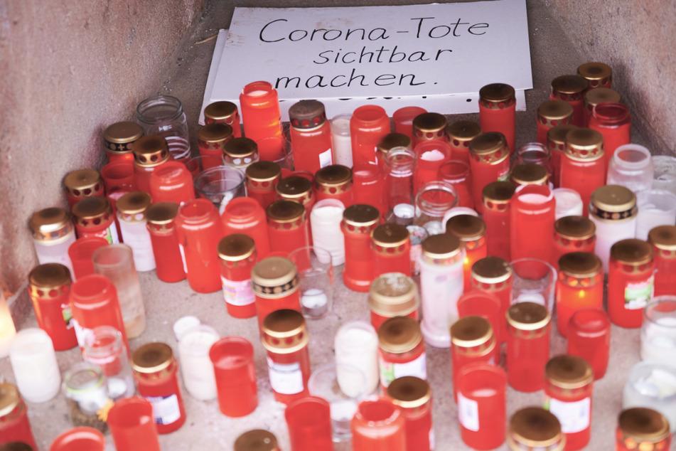 Grablichter erinnern an die Todesopfer des Coronavirus. Forscher werten nun Daten der Pandemie aus 100 Ländern aus.