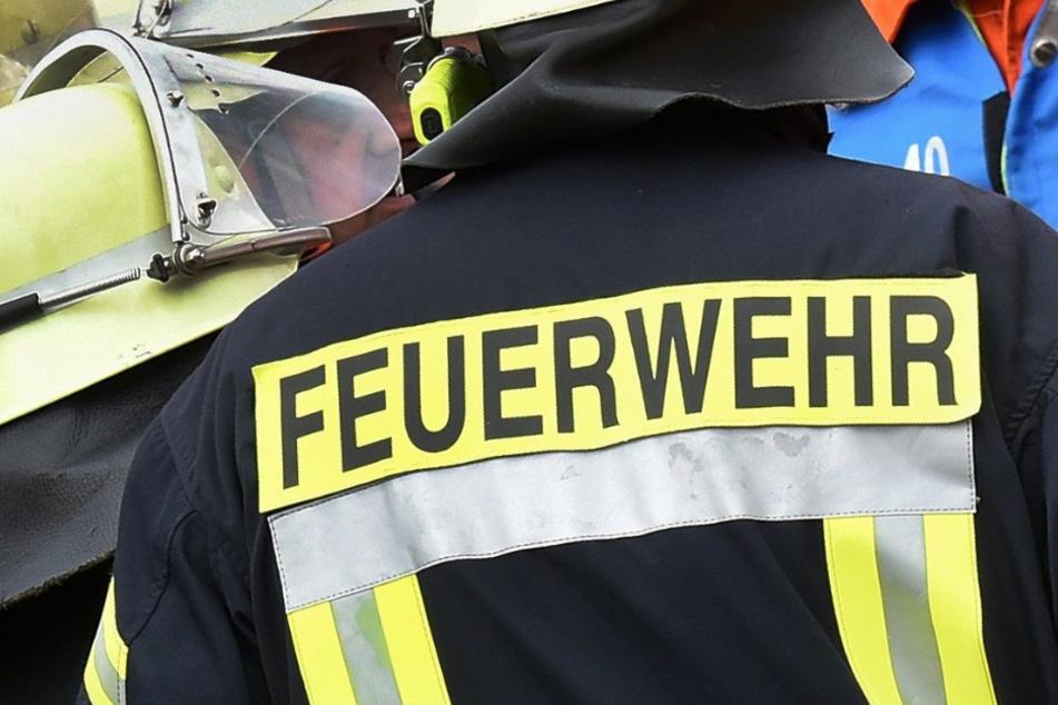 Die Feuerwehr konnte ein Übergreifen der Flammen auf ein Wohnhaus verhindern. (Symbolbild)