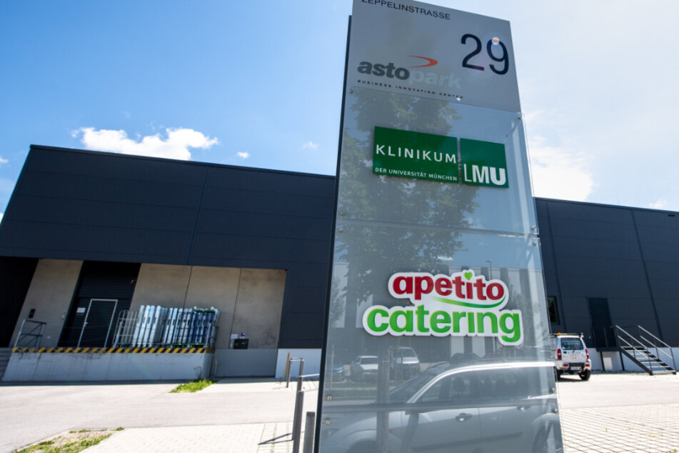 Das Logo von Apetito Catering ist vor einem Gebäude des Catering-Unternehmens im Gewerbepark Gilching zu sehen.