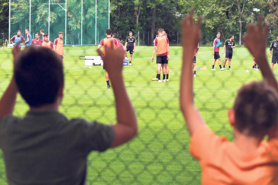Im Großen Garten mussten die kleinen und großen Fans durch einen Maschendrahtzaun beim Training zugucken.