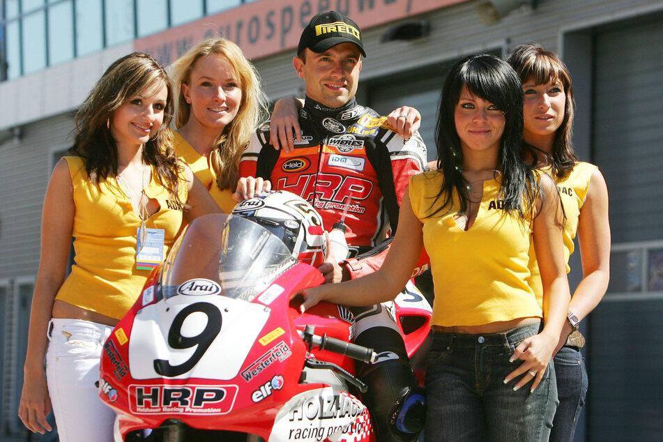 2007 auf dem Lausitzring: Rennfahrer Steve Mizera ist auf seiner Honda umringt von sexy Grid Girls.