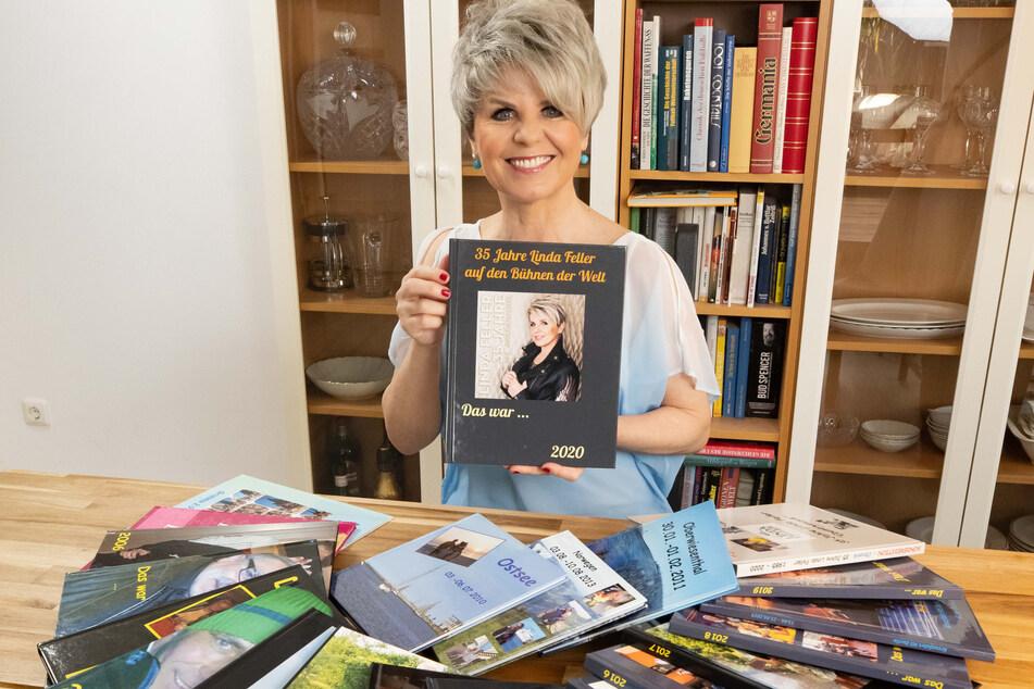 Country-Lady Linda Feller (54) breitet vor sich die Jahresbücher aus, die Monika für sie zusammengestellt hat.