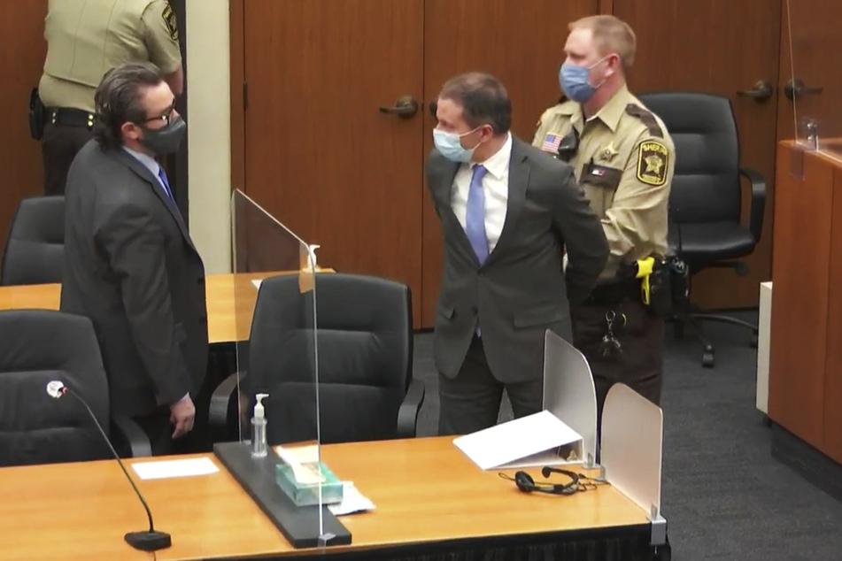 Derek Chauvin (45, M), wird nach der Verlesung der Urteile in Gewahrsam genommen. Im Prozess um die Tötung des Afroamerikaners George Floyd haben die Geschworenen ihn in allen Anklagepunkten für schuldig befunden.