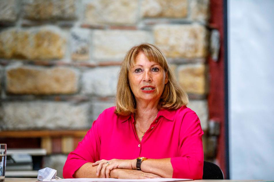 """Sachsens Sozialministerin Petra Köpping (63) äußert sich schockiert zu dem Angriff auf das Impfzentrum im Vogtland: """"Wer immer den Brandanschlag verübt hat, muss zur Verantwortung gezogen werden."""""""