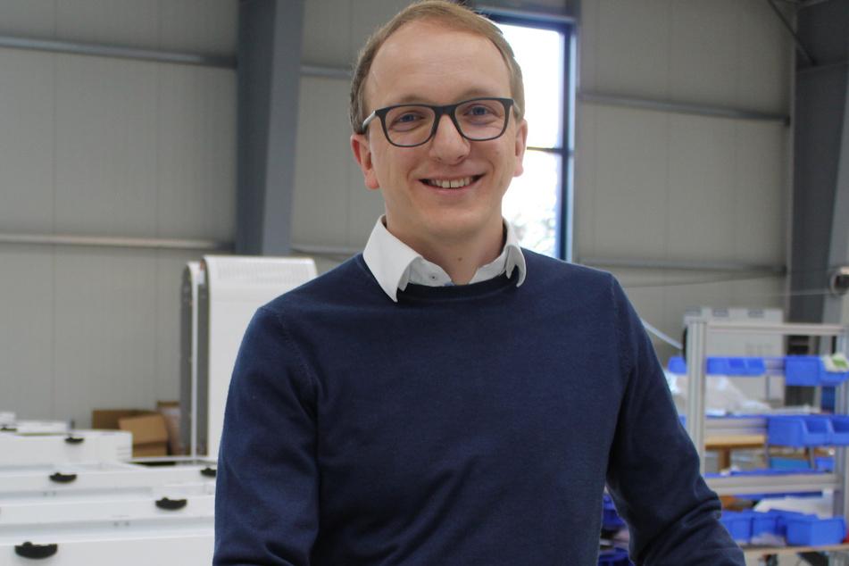 ULT-Vorstand Alexander Jakschik (38) in der Produktionshalle für die Raumluftreiniger in Löbau.
