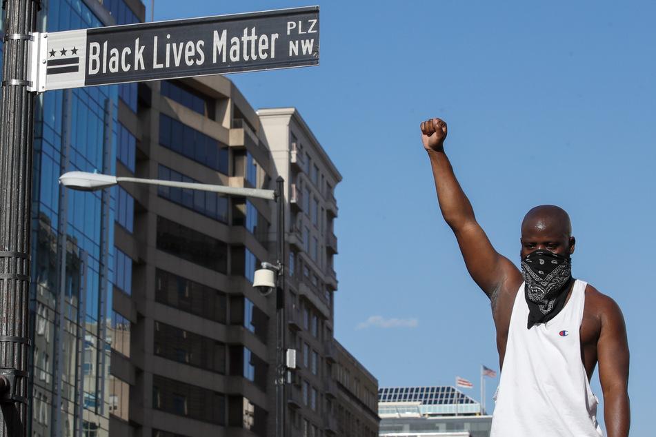 Ein Demonstrant streckt während eines Protests in der Nähe des Weißen Hauses seine Faust in die Höhe.