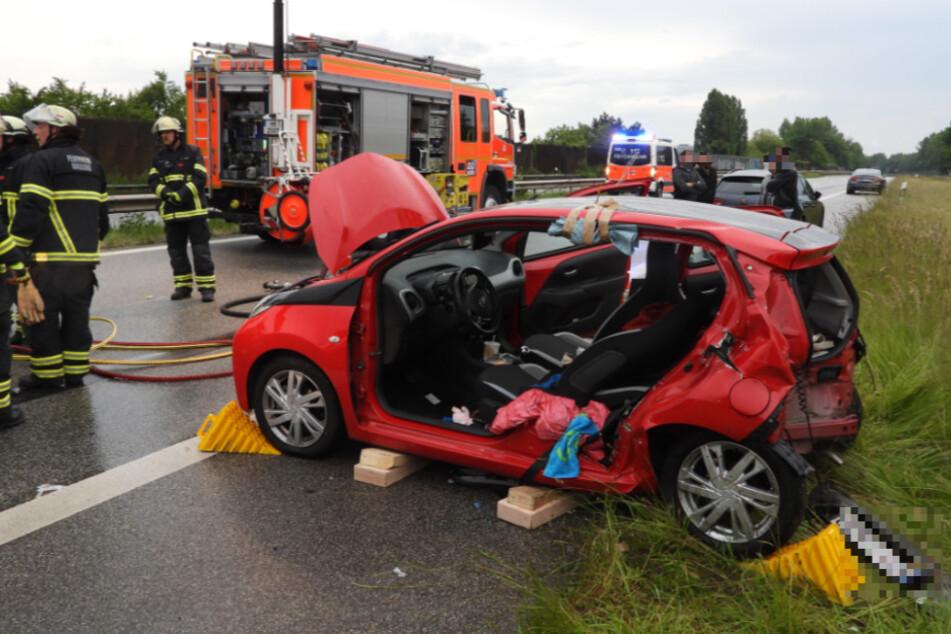 Raser kracht mit voller Wucht in Kleinwagen: Fahrer schwer verletzt