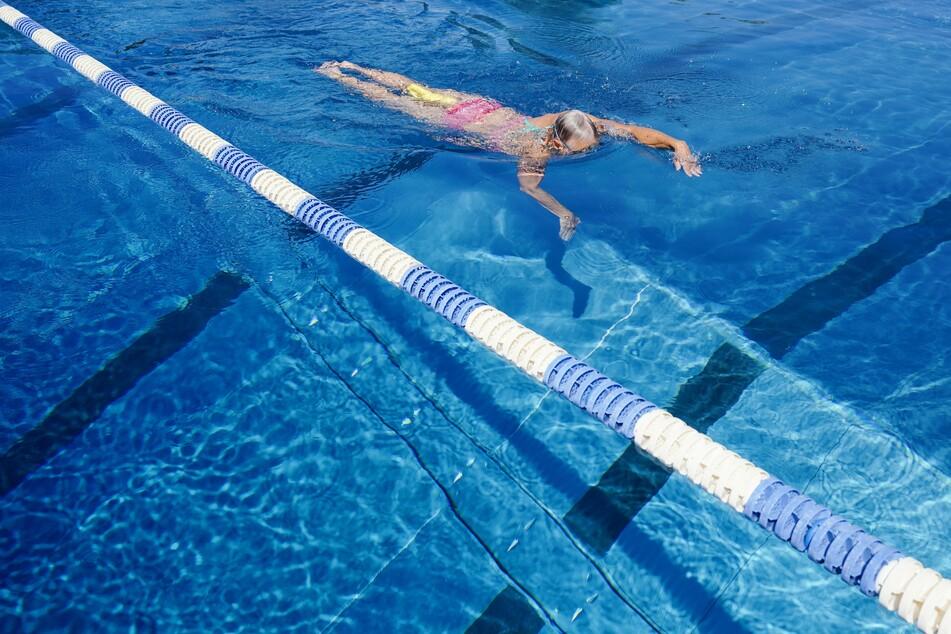 Eine Schwimmerin zieht im Tiergartenfreibad Heidelberg ihre Bahnen.