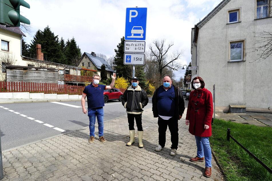 Zurück zu den Kurzzeit-Parkplätzen - das fordern in Markersdorf (v.l.): Silvio Werner (43), Benny (39) und Steffen Gränitz (64) sowie Stadträtin Sabine Brünler (36, Linke).