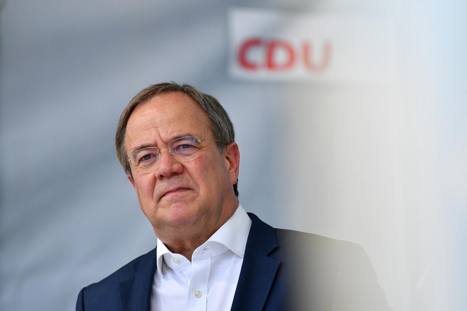 """Angesichts der aktuellen pandemischen Lage sei die Auskunftspflicht über eine Corona-Impfung oder eine überstandene Covid-Erkrankung aus Sicht des Infektionsschutzes """"absolut notwendig"""", sagte CDU-Kanzlerkandidat Armin Laschet (60)."""