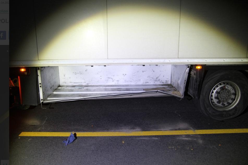Auch der untere Teil des Lkw-Anhängers bekam durch den Unfall etwas ab.