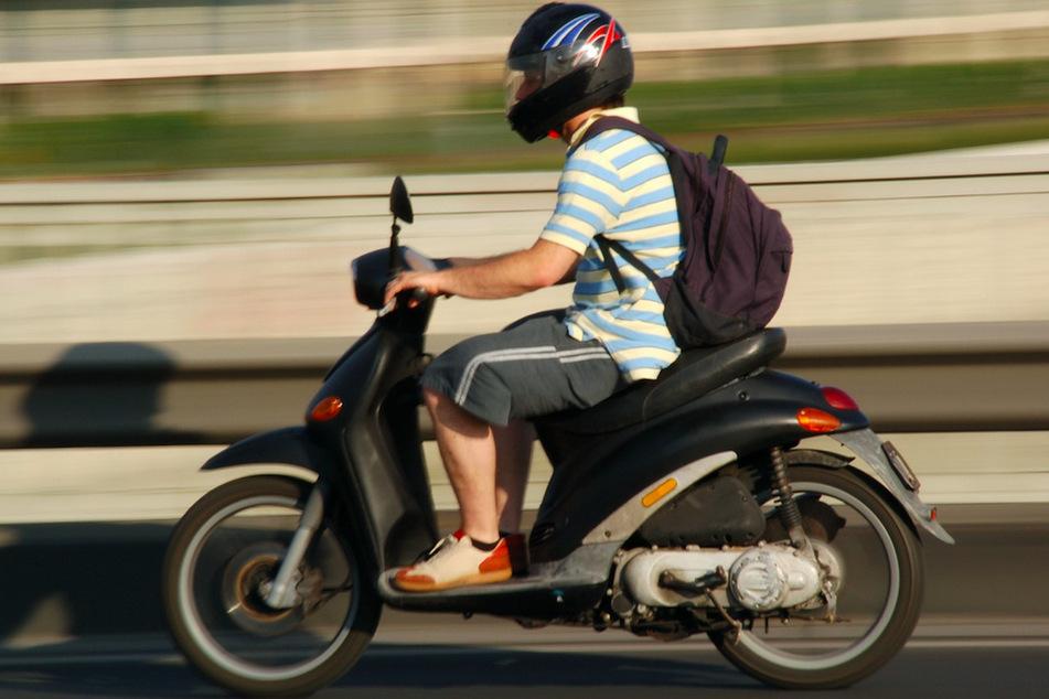 Die Polizei sucht einen Rollerfahrer, der Unfallflucht begangen hat. (Symbolbild)