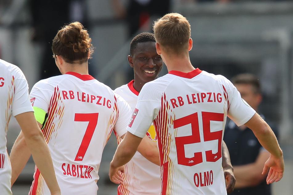 Amadou Haidara (2.v.r.) kämpft auch in dieser Saison wieder um einen Platz im Team, traf beim 3:0 in Nürnberg zur Führung.