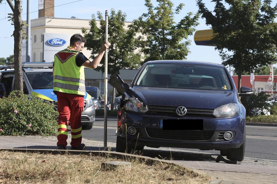 Der beschädigte VW Golf wird untersucht.