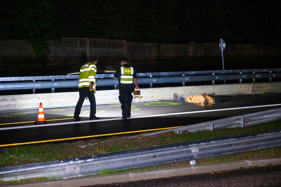 Polizisten im Einsatz. Die Leiche der Frau liegt auf der B75.