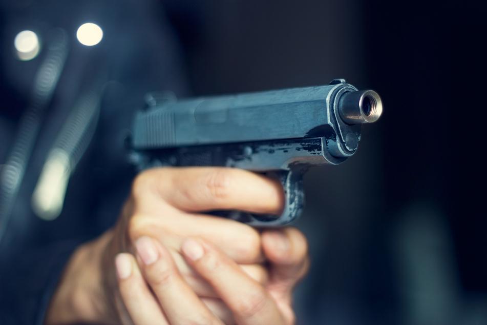 Zwei Männer mit Pistole bedroht und ausgeraubt