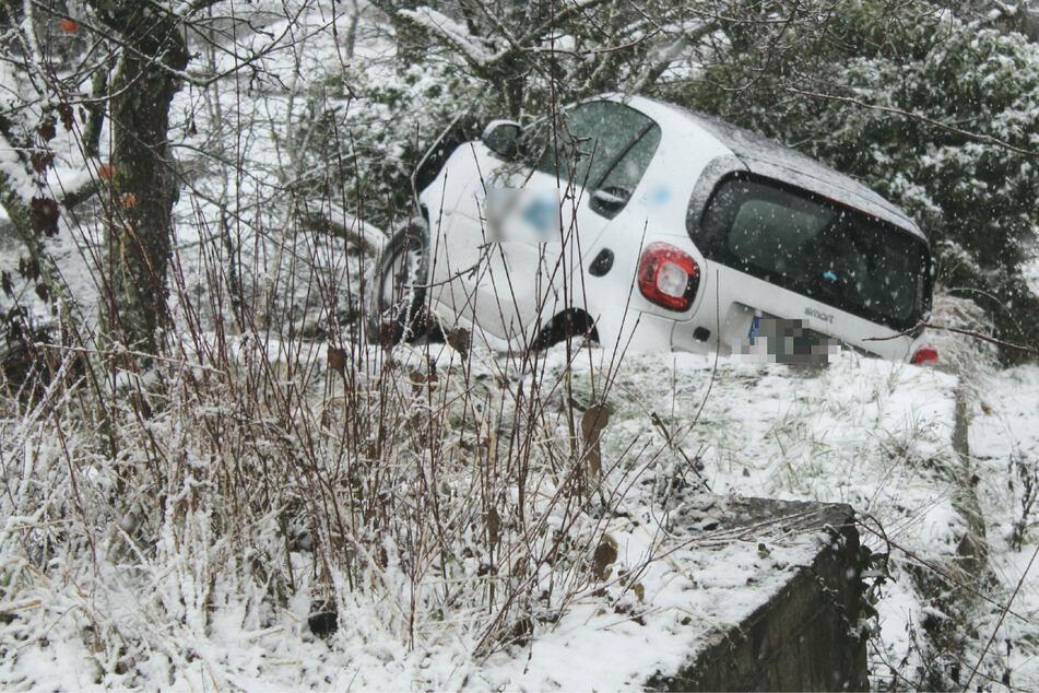24-Jähriger begeht mit Mietwagen wohl Fahrerflucht und schanzt Hang hinunter