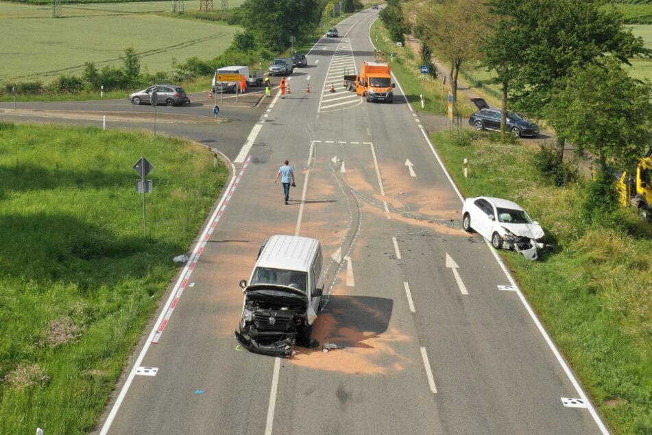 Der heftige Unfall ereignete sich an einer Kreuzung auf der Landstraße 236 in der Nähe von Bad Kreuznach (Rheinland-Pfalz).